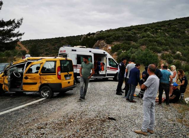 TIR'ın dorsesi taksiye çarptı: 2'si turist 3 yaralı