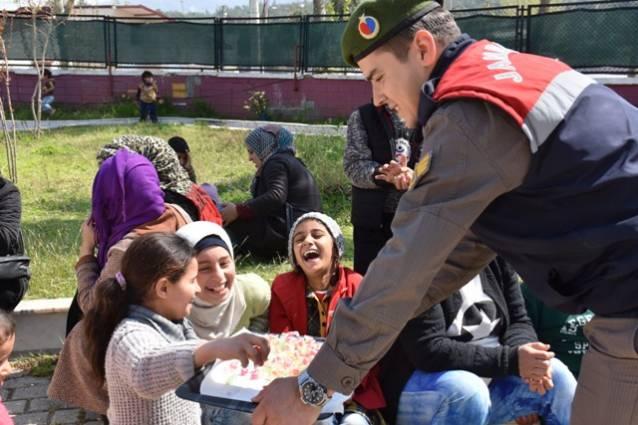 Jandarma'dan çocuklar çikolata