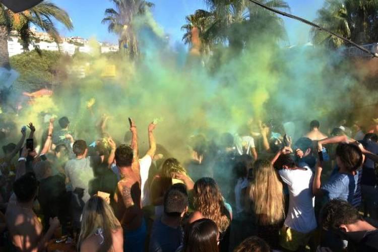 Kuşadası'nda renkli parti